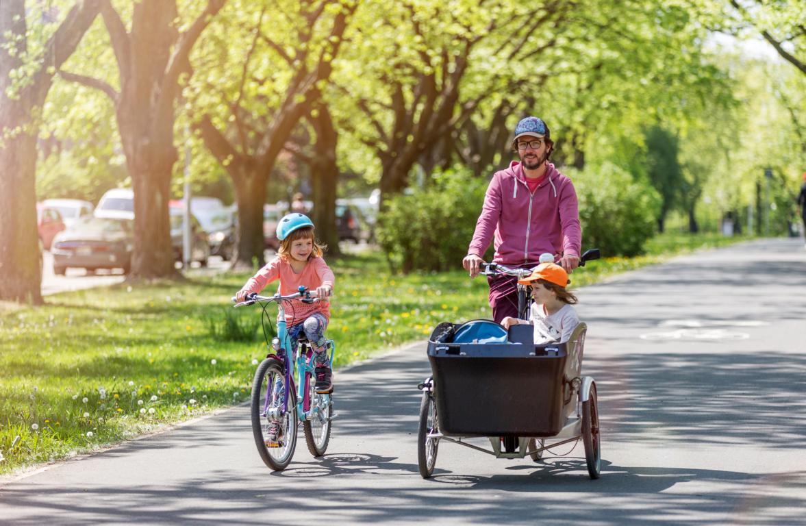 Vater und Tochter mit Lastenfahrrad